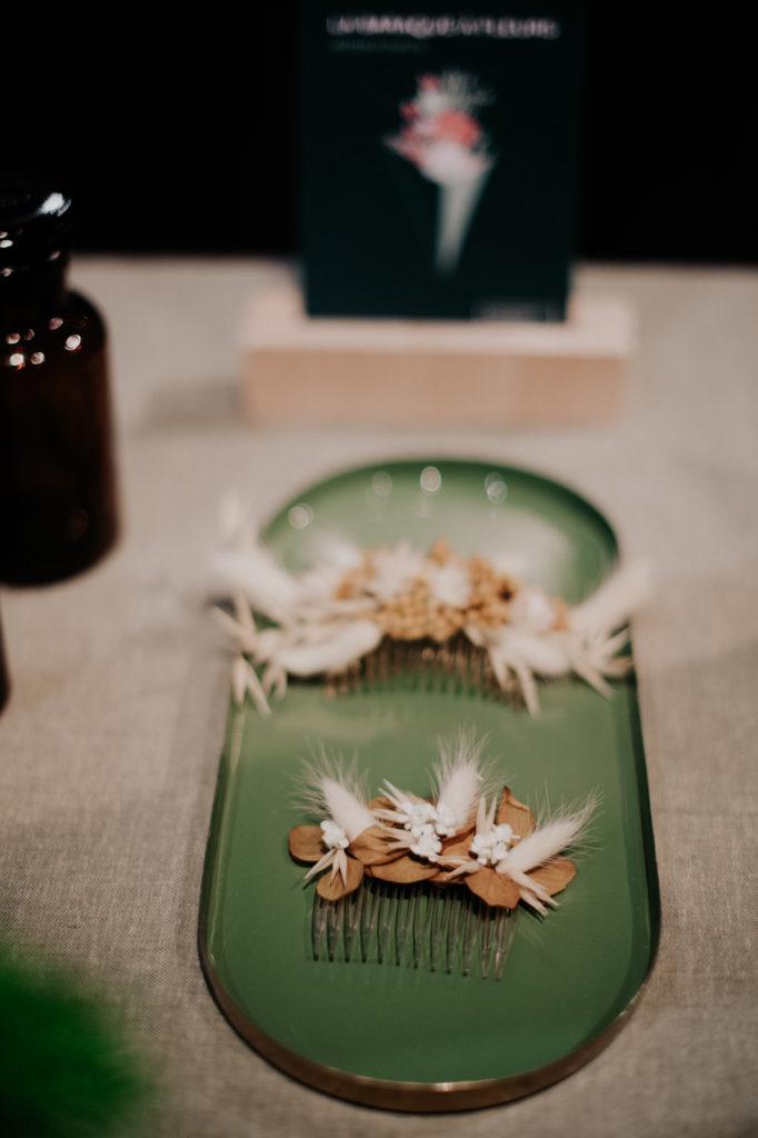 Peigne décoré de fleurs séchées