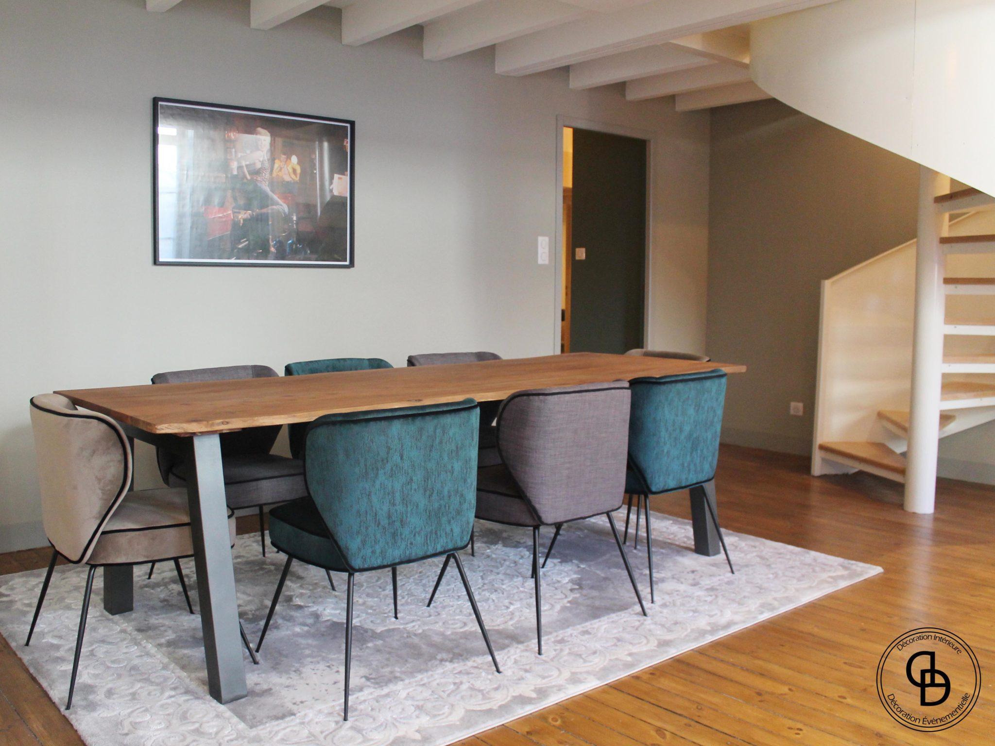 Chaises dépareillées table en bois sous mezzanine