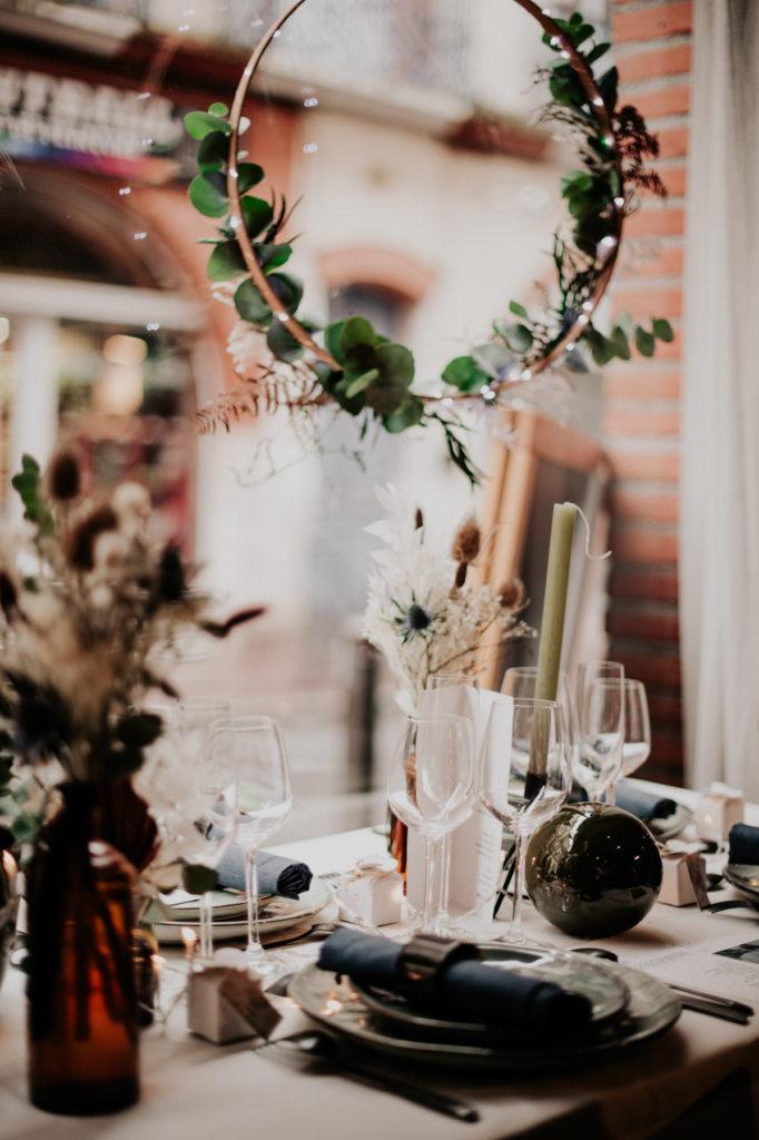 Couronne de fleurs séchées pour une suspension au-dessus d'une table